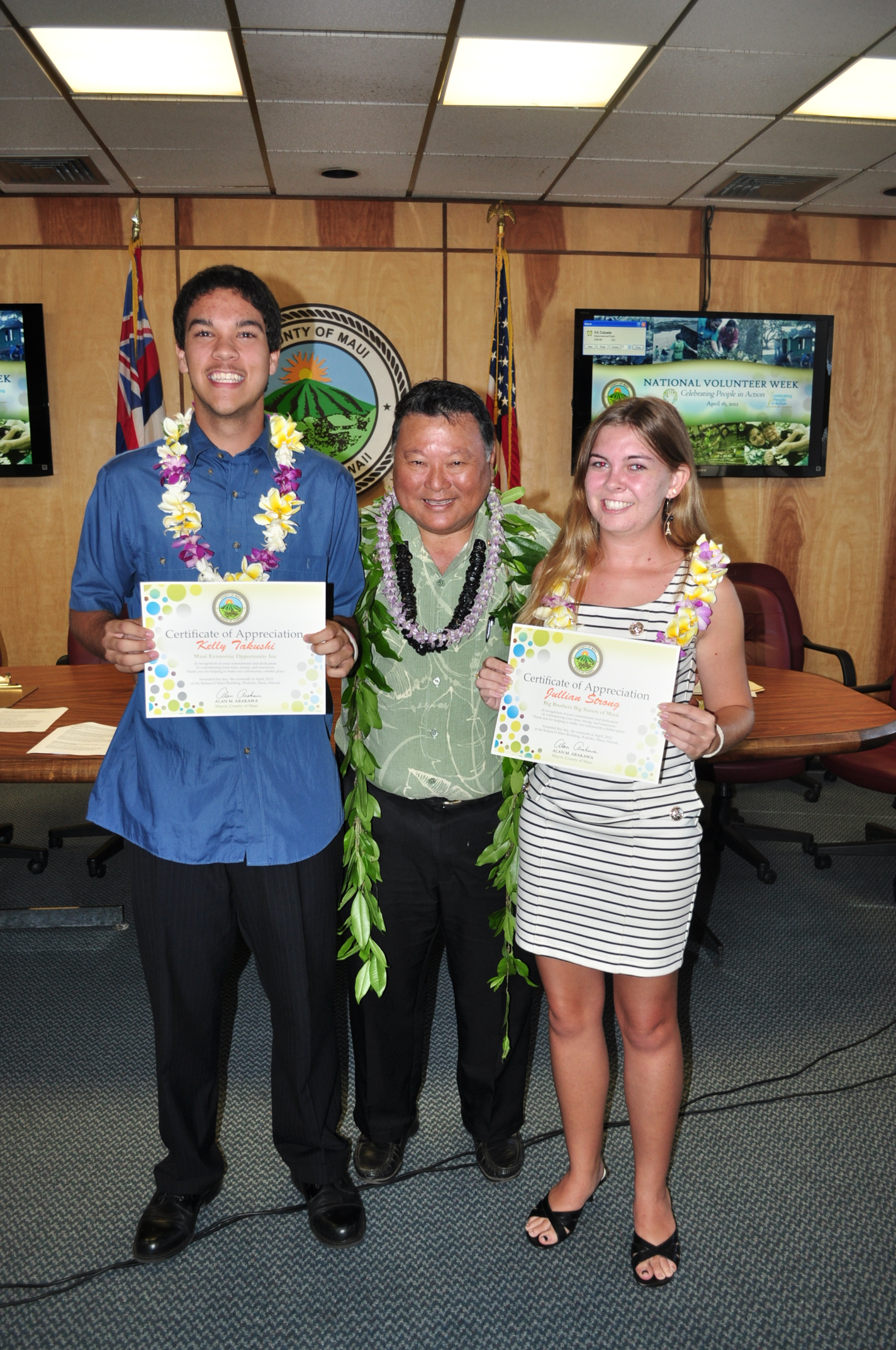 VolunTEEN Heroes Kelly Takushi and Jillian Strong with Mayor Arakawa.Photo courtesy of County of Maui- Ryan Piros.